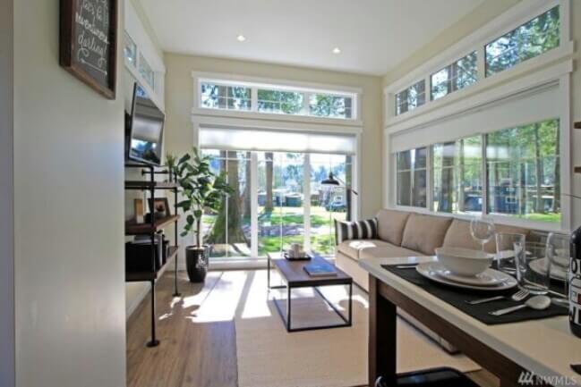 маленькая гостиная с мансардными окнами